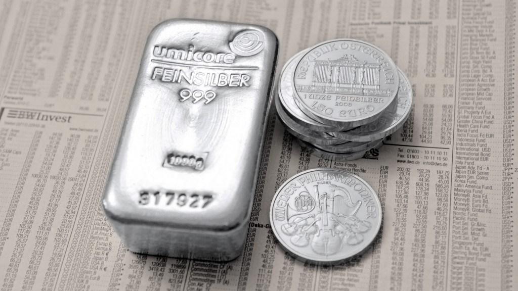 Silber in Form von Münzen und Barren