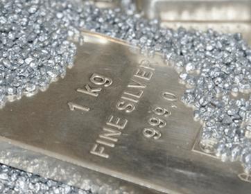 Silberbarren und Silberstücke